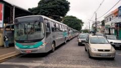 O número de carros crescem nas ruas e o de ônibus do transporte coletivo está estacionado