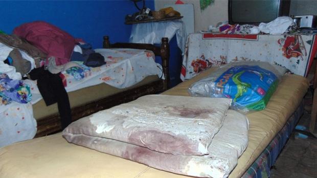 No quarto da idosa havia muito sangue e bebidas alcoólicas, além do banco de madeira utilizado para agredir a vítima.