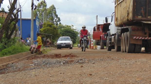 Uma das principais reclamações dos moradores são as condições das ruas sem pavimentos e intransitáveis, além da falta de rede de esgoto