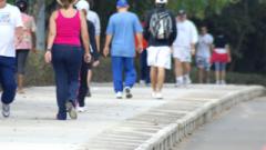 Caminhe lentamente e então você começa a aumentar gradualmente seu ritmo através de um espaço de tempo de cinco minutos