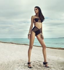 Há também os modelos com recortes de faixas na barriga e nas costas, que estão sendo usados por influenciadoras da moda e atraindo público