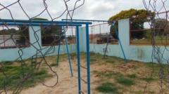 As crianças que vão ao parquinho da Vila Barth encontram cercas cortadas e brinquedos quebrados