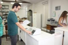 O analista judiciário João Antonio de Moraes Júnior, do cartório eleitoral, ensina aos eleitores como utilizar a urna eletrônica para não errar no domingo, dia 7