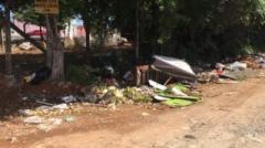 No local que fica na esquina com a rua Francisca Meira ainda há vestigíos da fita usada para isolar a área. Também há muito muito lixo de todo tipo.