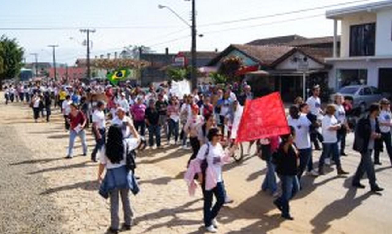 Servidores caminharam pelas ruas do bairro e coletaram assinaturas