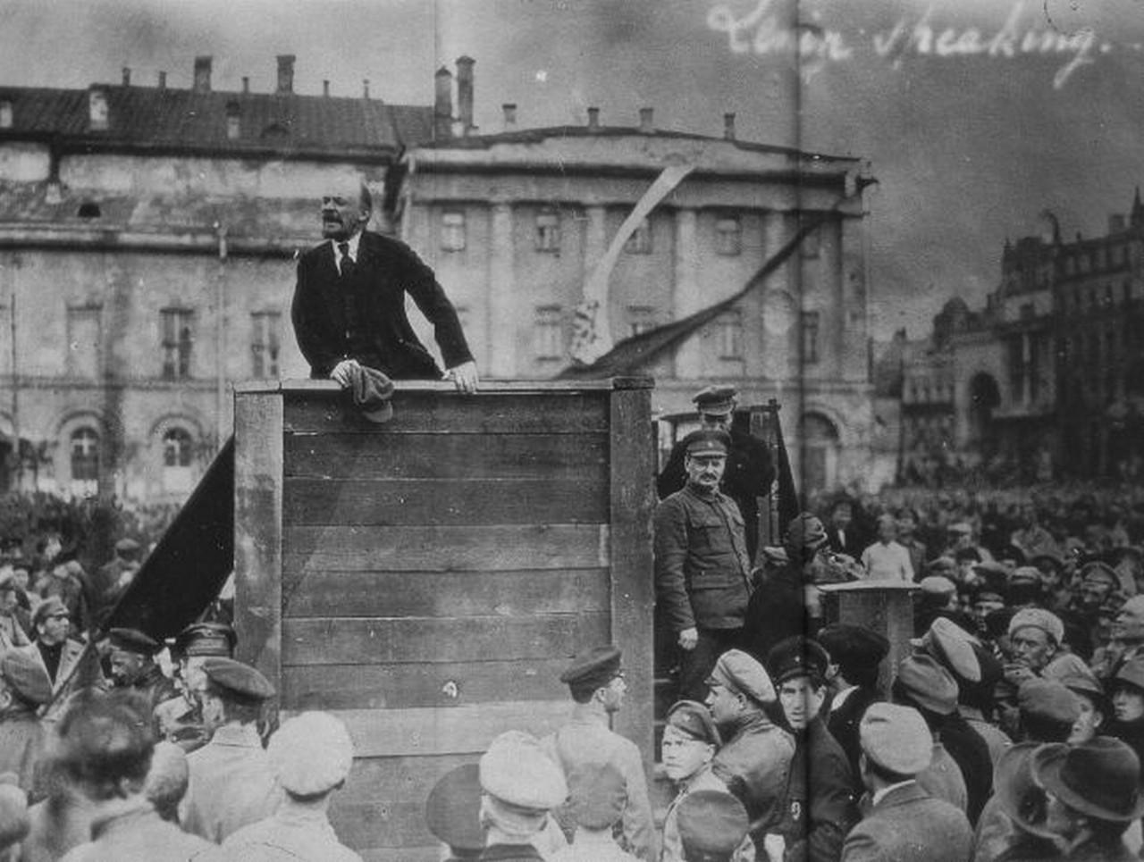 Lenin, líder do partido bolchevique, discursando na Rússia.