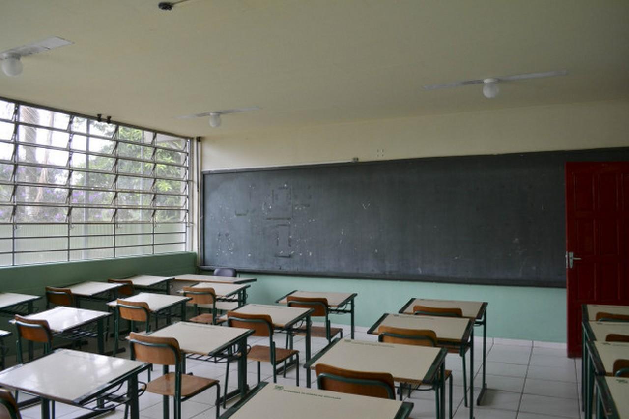 Sala de aula sem cortina e quadro branco I Foto: Aline Seitenfus