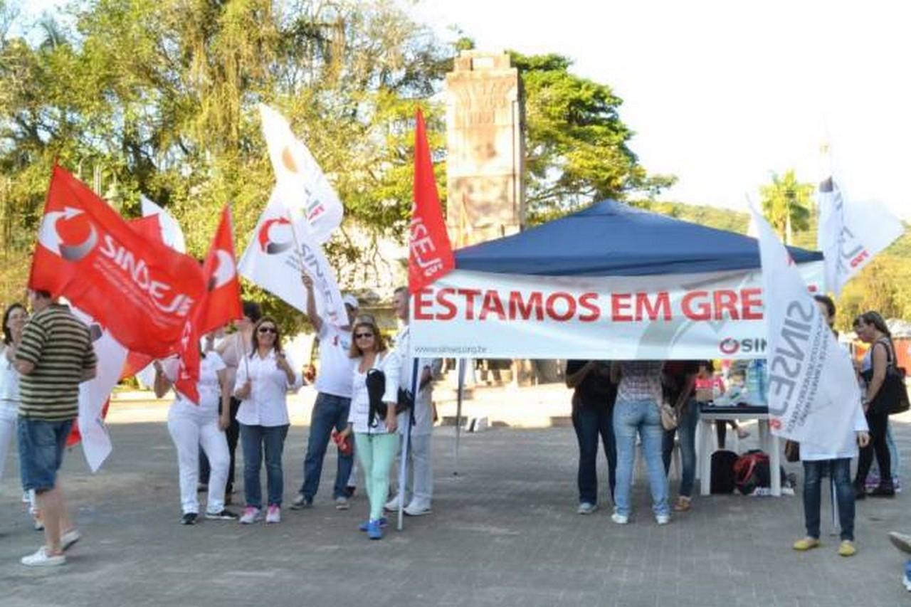 Servidores em greve manifestaram-se na praça da Bandeira I Foto: Kályta de Lima