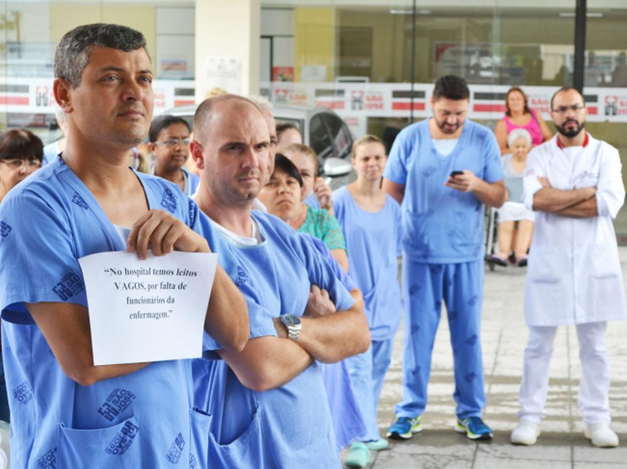 Durante ato servidores denunciaram que existem leitos vagos no hospital devido a falta de funcionários para auxiliar no atendimento I Foto: Aline Seitenfus