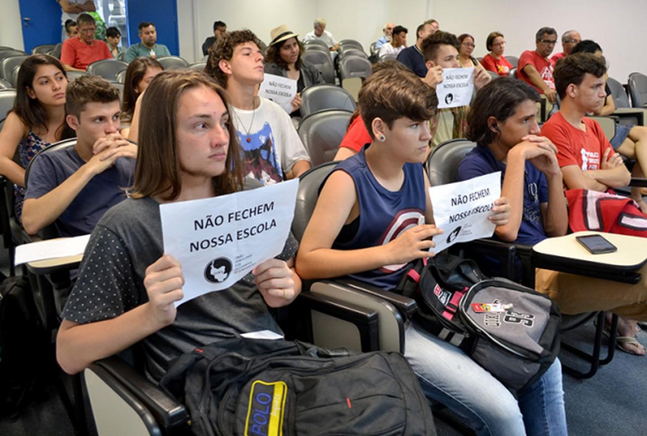 Comissão de educação também foi questionada sobre o fechamento de turmas e Lei da Mordaça I Foto: Francine Hellmann