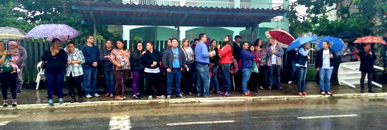 Com chuva ou com sol, servidores estão se manifestando diariamente em frente à Prefeitura