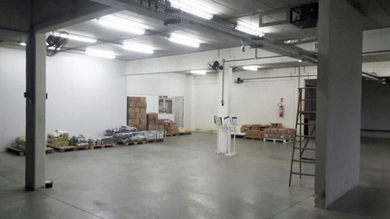 O depósito central de merenda do município está vazio