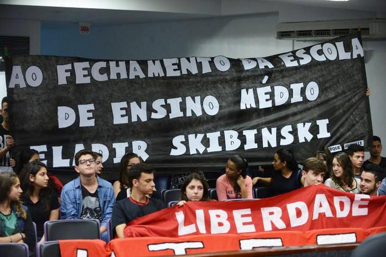 Em Joinville, mobilizações de estudantes, professores e comunidade têm tentado impedir os fechamentos