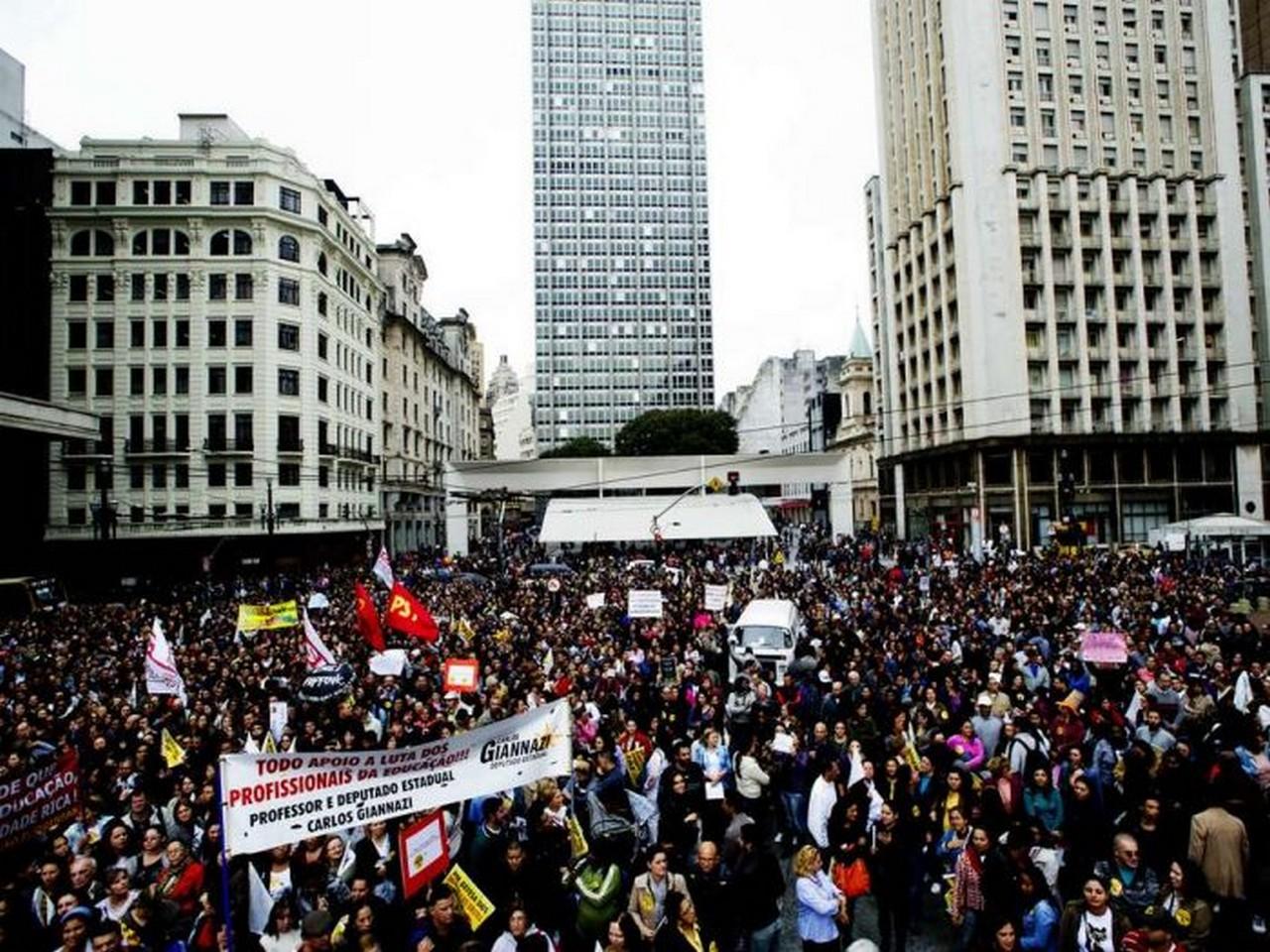 Milhares de servidores estão em greve   Foto: Bruna Santos
