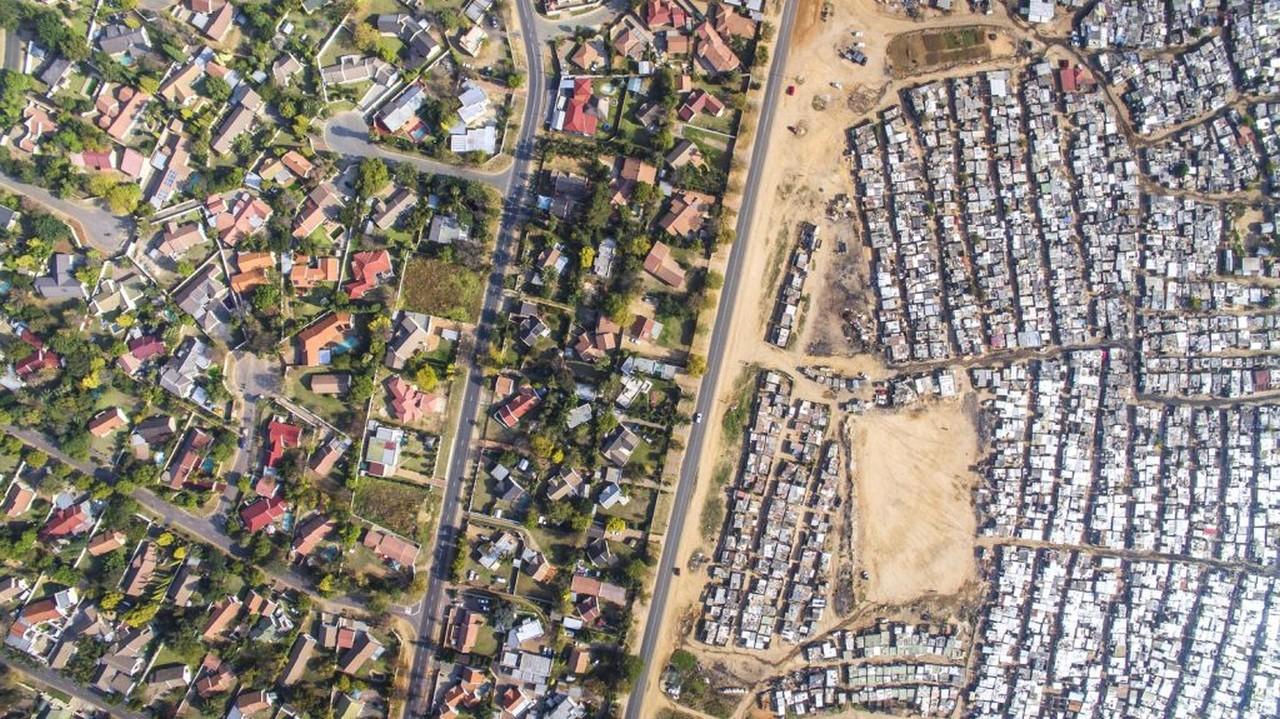 Fotógrafo sul-africano registra imagens da desigualdade social vista de cima - essa é de Joanesburgo, África do Sul   Foto: Johny Miller