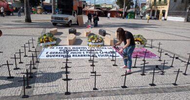 Ato simbólico no centro do Recife repudia reabertura das escolas