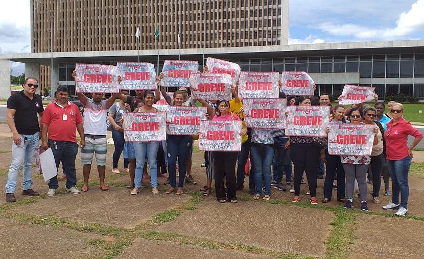 Terceirizados na limpeza do GDF estão sem salários e protestam na Praça do Buriti