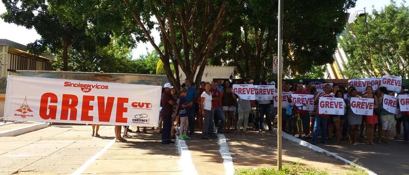 Trabalhadores na limpeza e merenda escolar estão em greve e adoecendo com a falta dos salários