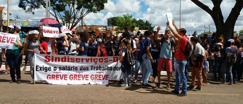 Salário sai, mas terceirizados nas  escolas continuarão mobilizados