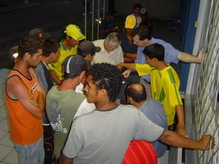 Trabalhadores recebem parte do pagamento em frente à Delegacia