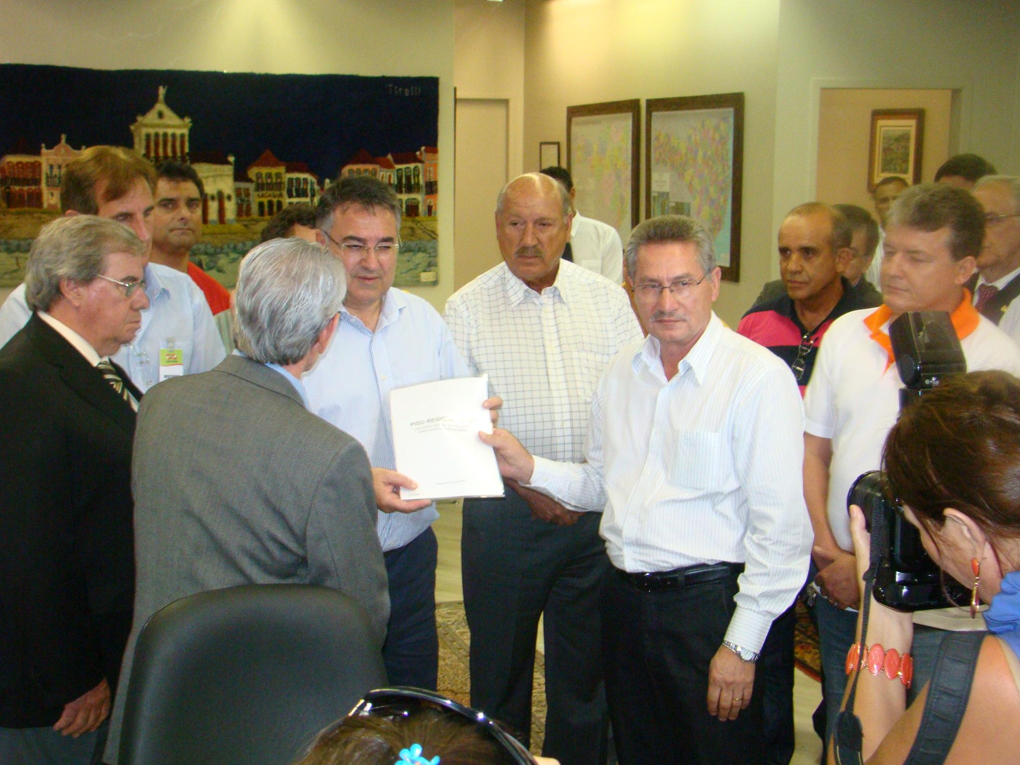 Governador recebe documento do Acordo  sobre reajuste do Piso Estadual
