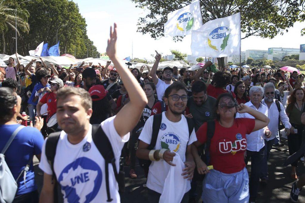 Estudantes, professores e funcionários voltam às ruas do Brasil em protestos contra governo Bolsonaro