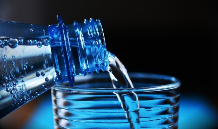 JT anula justa causa aplicada a empregado de supermercado que pegou água mineral para beber em dia quente