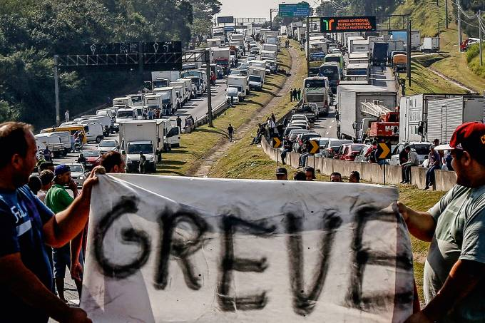 Caminhoneiros e sindicatos ameaçam governo Bolsonaro com nova greve