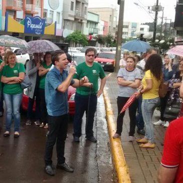 """Chuva, sombrinha e o grito que ecoou nas ruas de Chapecó """"Eu não abro mão, a Previdência é patrimônio da nação"""""""