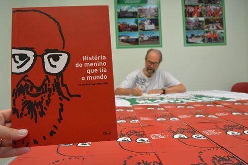 Fotos dos autógrafos com o professor e escritor Carlos Rodrigues Brandão