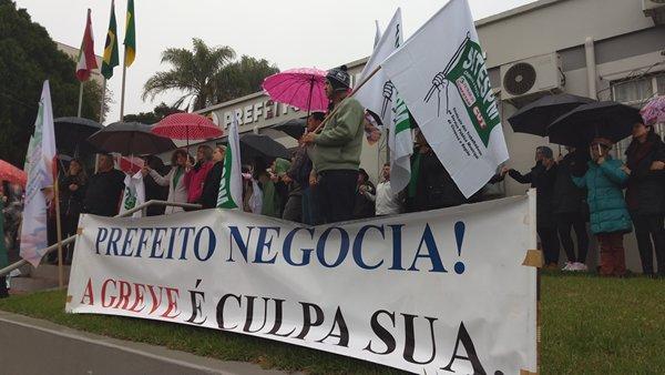 Servidores da prefeitura de Nova Erechim realizam greve histórica