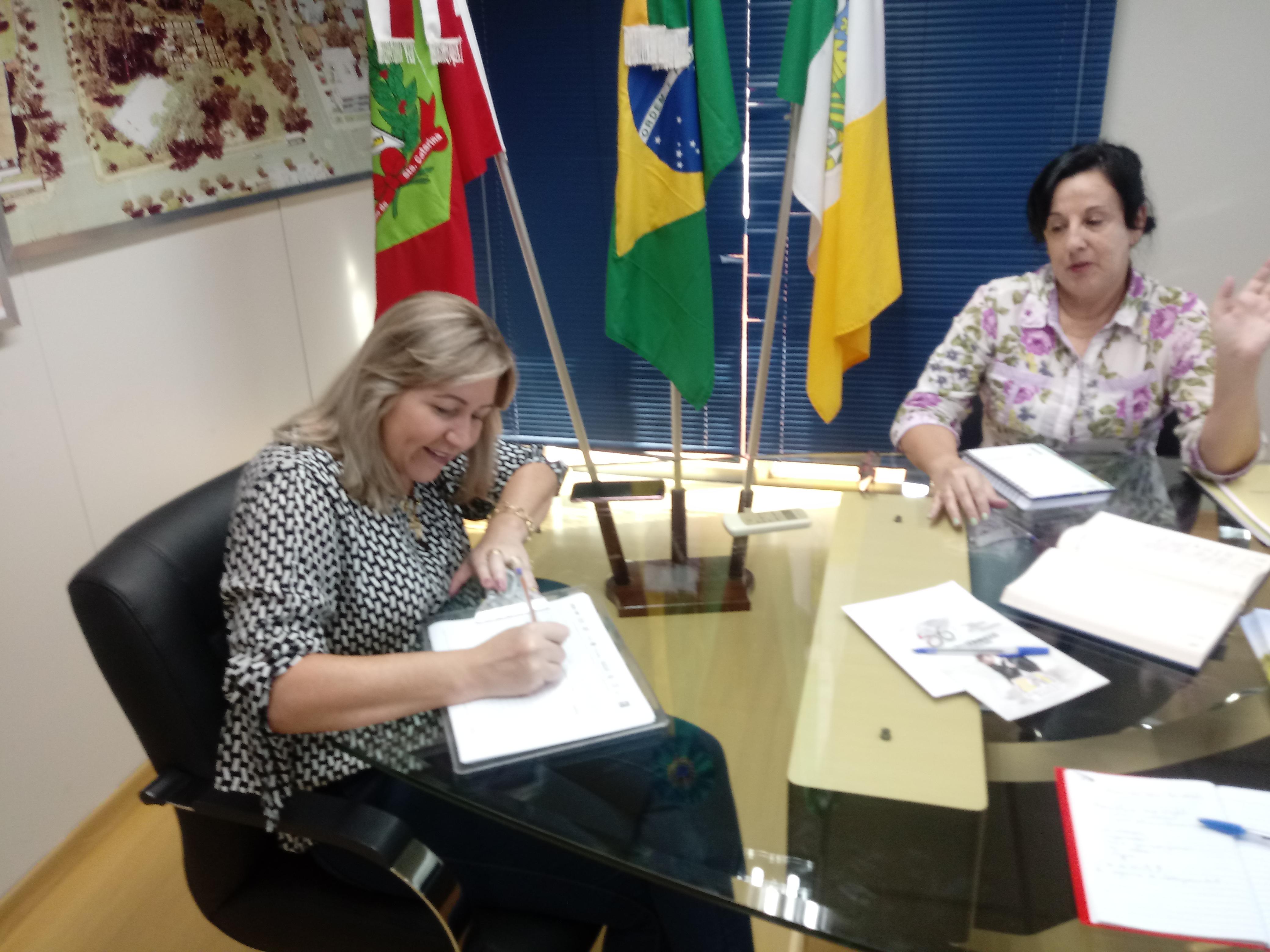 Prefeita de São Domingos assina abaixo-assinado contra a Reforma da Previdência