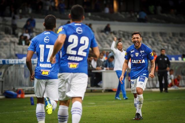 De virada, Cruzeiro vence América Mineiro por três a um