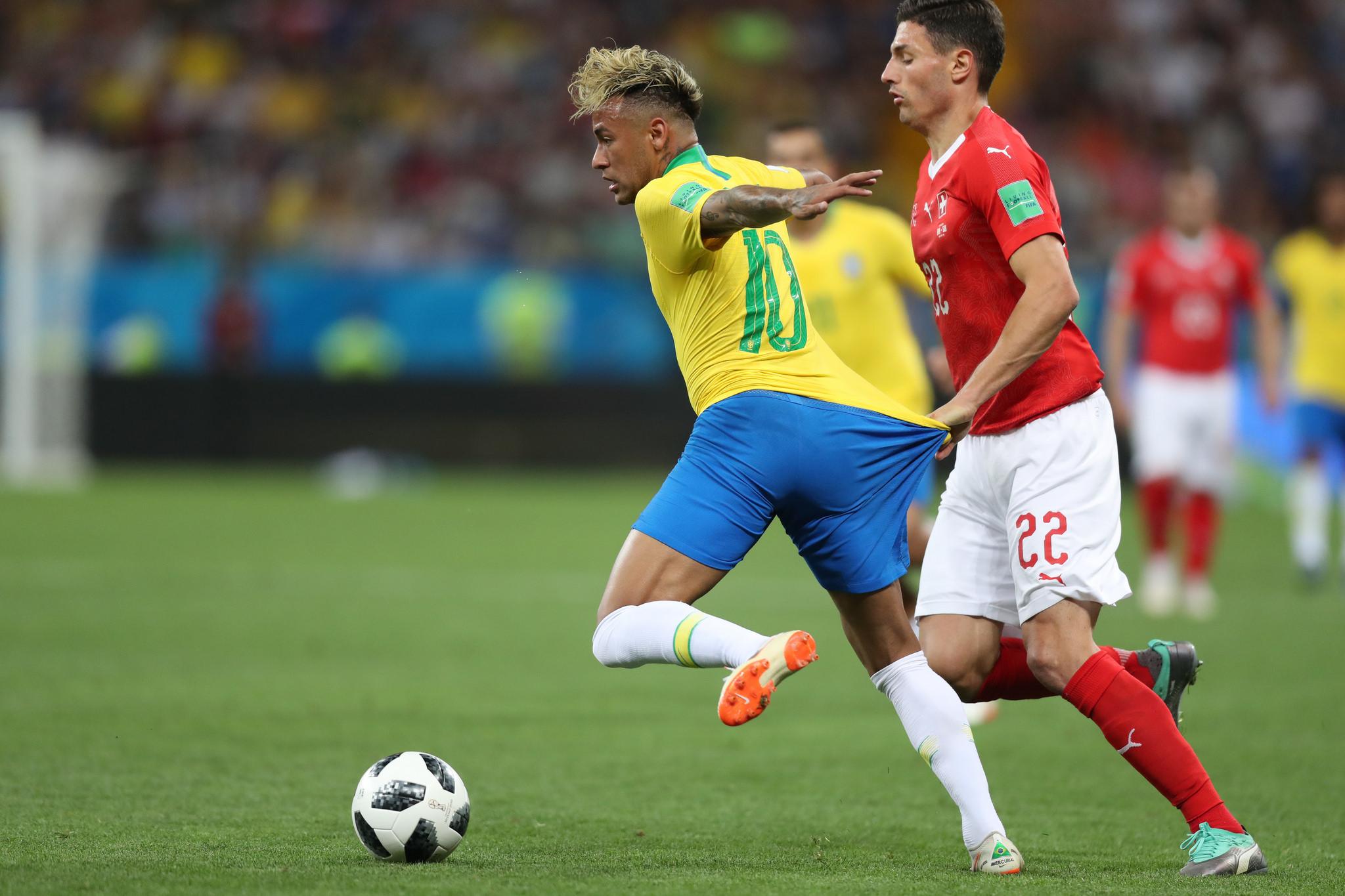 Neymar sofreu dez faltas na partida contra a Suíça