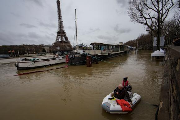 Paris e região sofre com a cheia do rio Sena