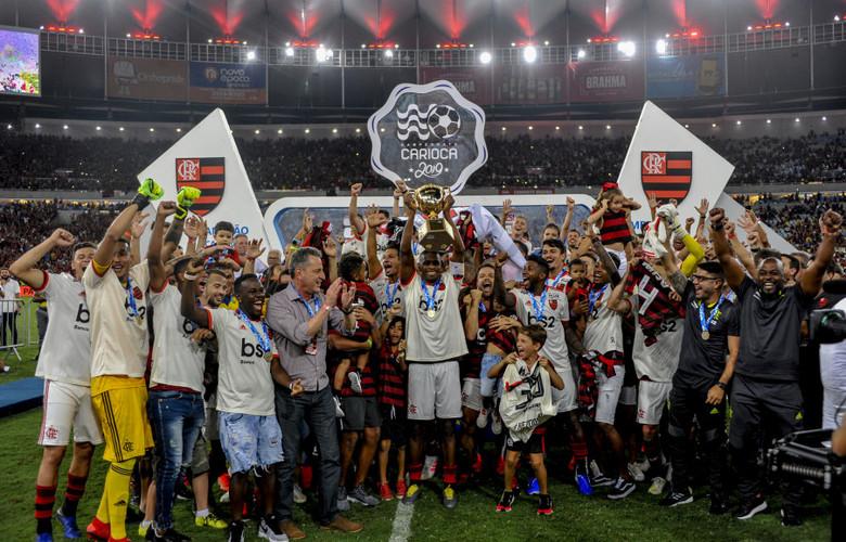 O ídolo Juan ergueu a taça como capitão em homenagem ao fim de carreira - Foto: reprodução Alexandre Vidal/Flamengo