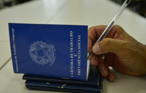 Carteira de Trabalho. Foto: Agência Brasil.