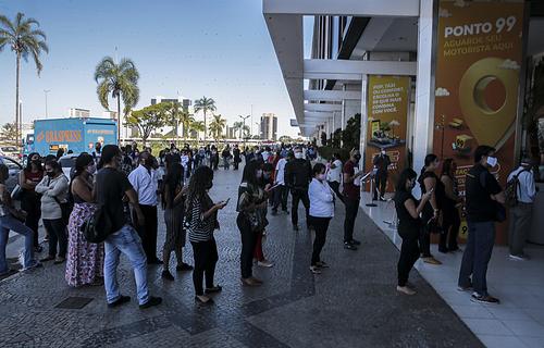 Pessoas aglomeradas esperando para entrar no shopping Conjunto Nacional, no DF/ foto: Marcello Casal Jr. - Agência Brasil
