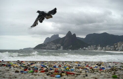 Plástico na praia. Foto: Agência Brasil