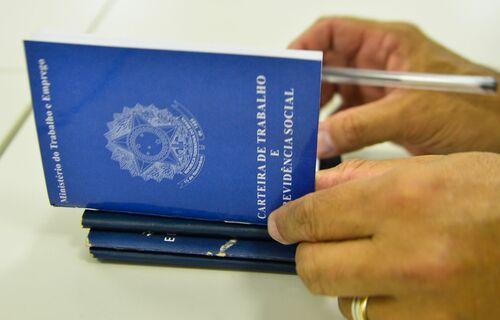 Carteira de trabalho. Foto: Agência Brasil