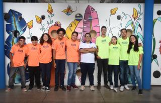 Foto: Alunos das equipes Cambtec (laranja) e Robocamb (verde)Arquivo Pessoal