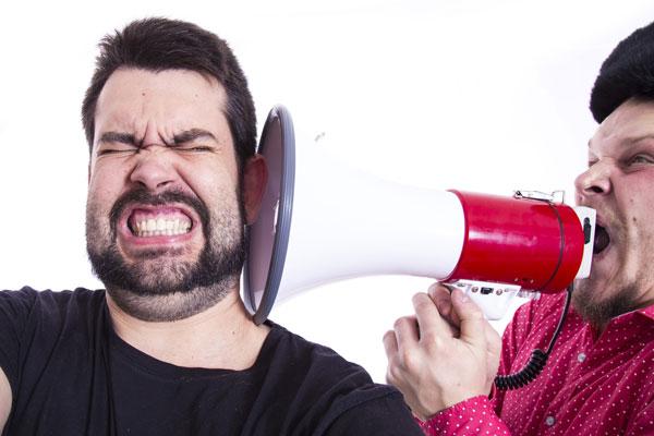 Descubra a maneira adequada de falar para que o outro possa ouvir. Aumentar o volume não é a solução.