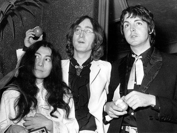 Yoko Ono, John Lennon y Paul McCartney.