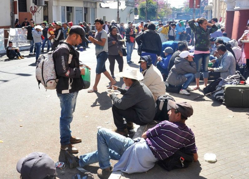 Labriegos acampan frente a la sede central del instituto