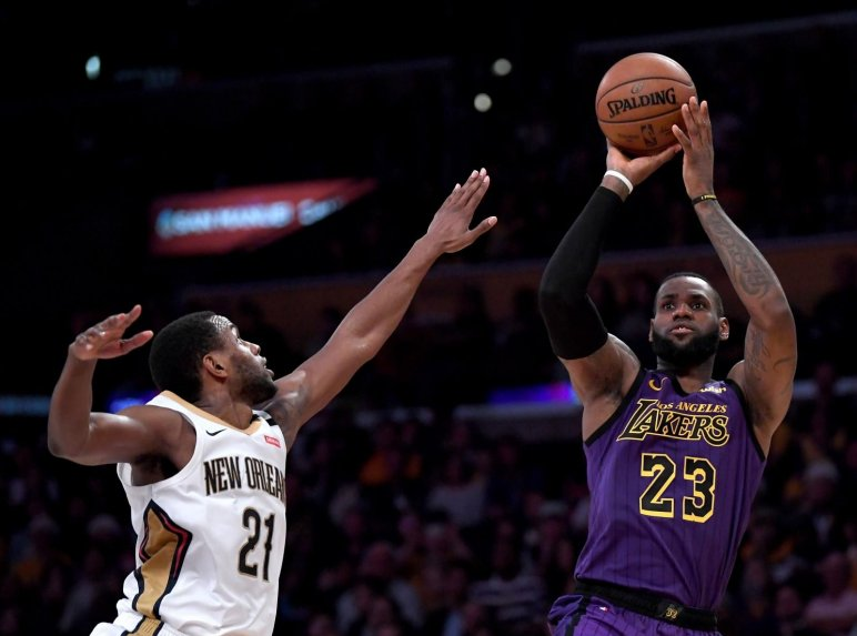 James logra un triple-doble en victoria de los Lakers