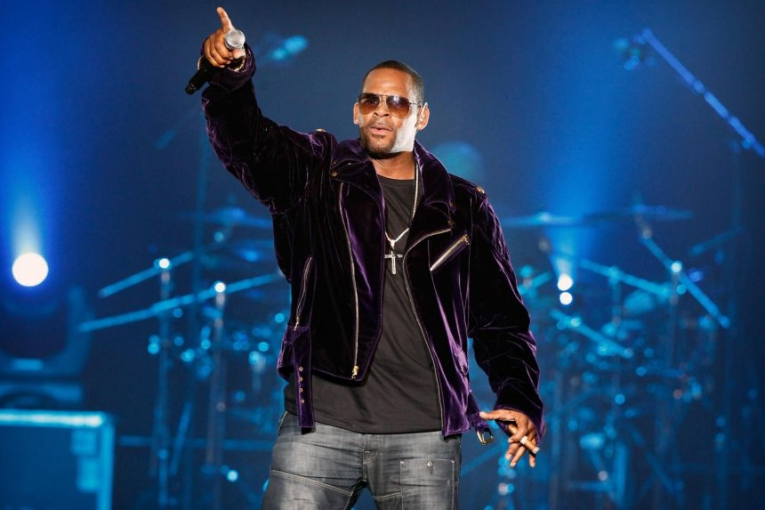 Cantante R. Kelly es acusado de 10 cargos de abuso sexual