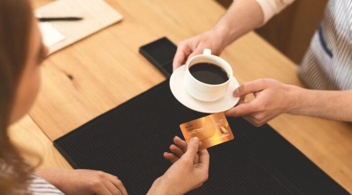 pessoa pagando cafe com cartao
