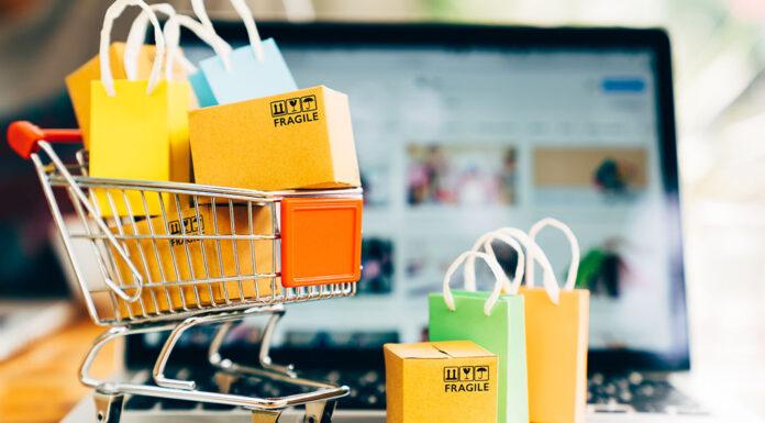 Mini carrinho de compras com sacolas