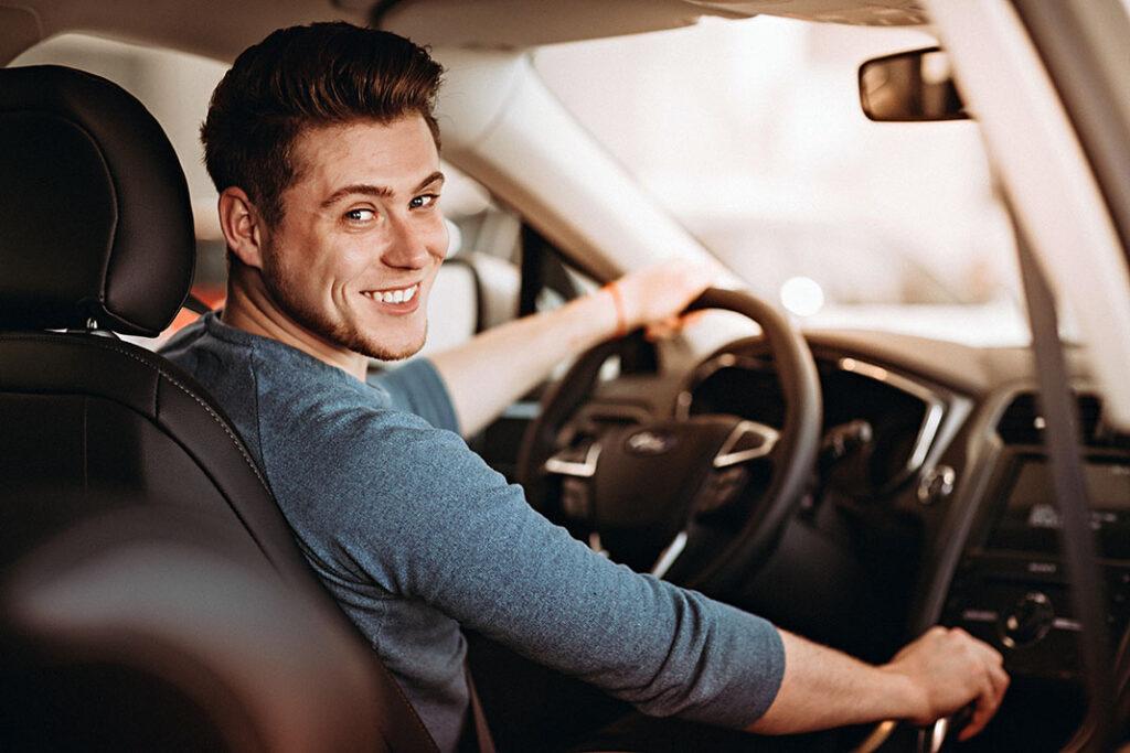 homem jovem dirigindo