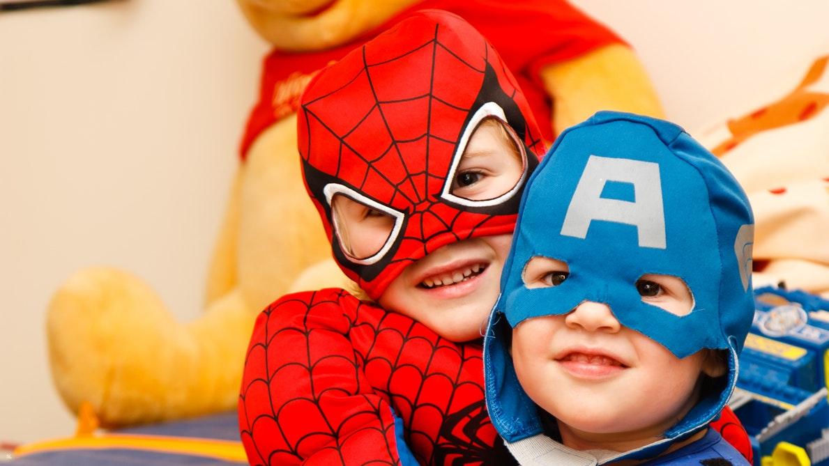 crianças vestidas de super herói